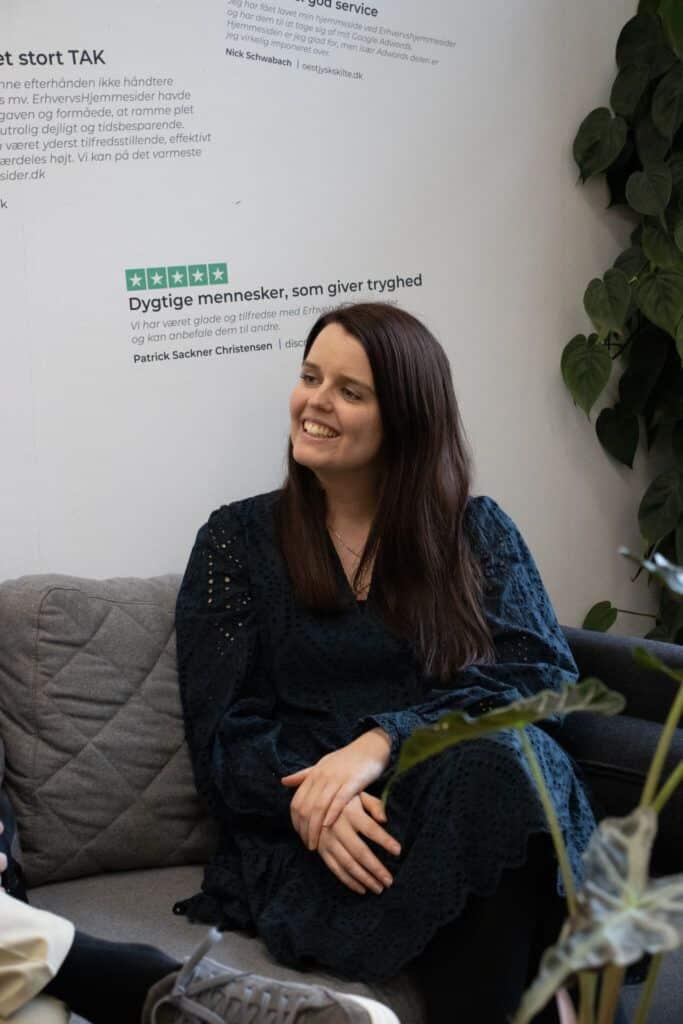 Kvinde i sofa diskutere webshop design