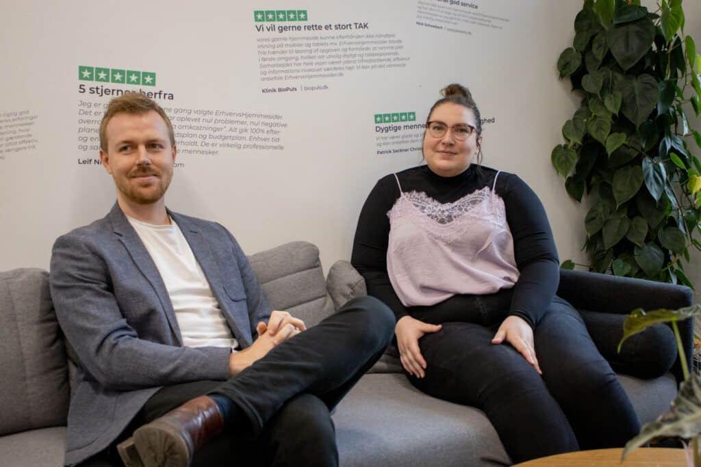 2 personer siddende i sofa ved Webbureau Aarhus