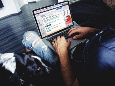 mand sidder og læser e-mail